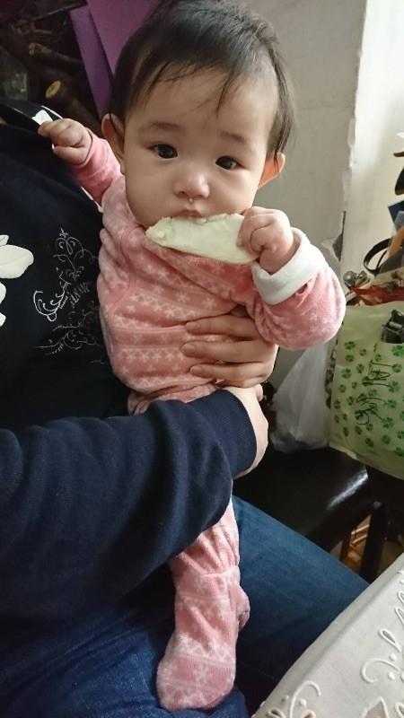 還沒開始吃副食品的小棉花 第一口食物~原味米餅 外婆買的小點心 自己拿著吃滿臉 很捧場吃光光了! #萌娃