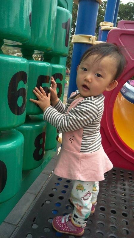 孩子最愛到台南永康的探索公園玩,地方大,綠樹多,還有特別為小小孩設計的盪鞦韆和溜滑梯,真的很棒哦! #親子旅遊