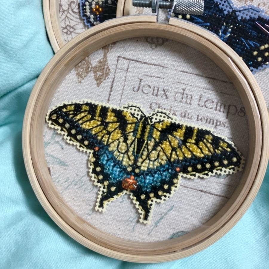 我的作品牆飛來了3隻MH小蝴蝶~🤗 今天的工作就是打包~啦啦啦~ #十字繡 #MillHill #手作DIY #自裱