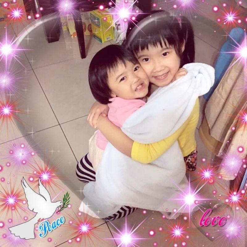 妮妮&心心,妳們開心的笑容是爸比媽咪化解辛勞的泉源! #爸爸去哪兒