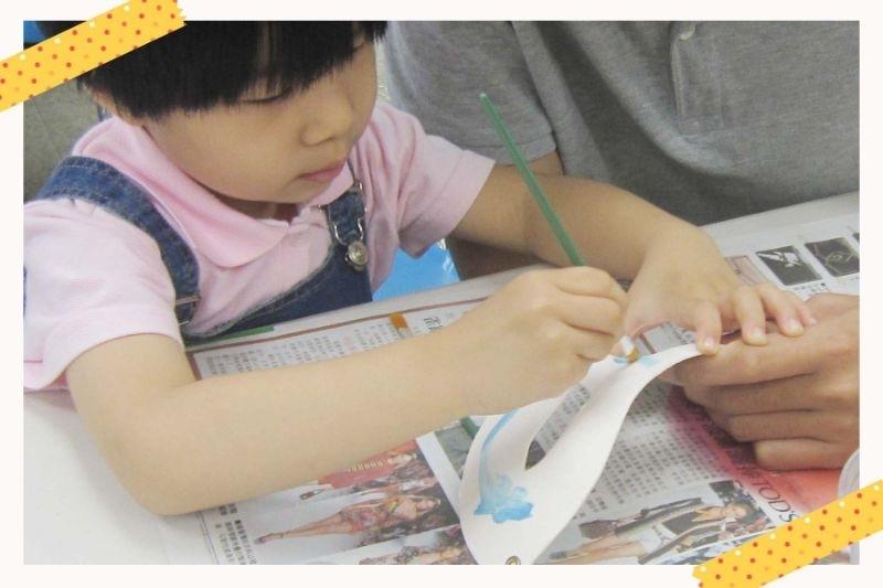 👻萬聖節當然少不了面具囉~👻 一直以來都很喜歡和孩子一起動動手享受親子手作的樂趣,當然這次的萬聖節也不能錯過了,這次和呈寶貝一起動動手,製作萬聖節遊行當天要用的面具,好看又簡單,最重要是讓寶貝一起參與製作,這樣才有意義,製作過程還可以先跟寶貝說說萬聖節的由來,讓這個節日變得更加與眾不同,如果有剛好不知道怎麼製作萬聖節面具的媽咪,可以參考一下囉~ 🎃【材料】: 面具1個、各類裝飾貼紙、毛根、羽毛、剪刀、保麗龍膠、壓克力顏料、水彩筆 🎃【步驟】: 1.先將面具用壓克力顏料塗上喜歡的顏色,請先從眼睛部分開始畫。 2.畫好眼睛形狀後,在上色其他周圍部分打底填滿色彩。 3.第一層底色都乾掉後,如果有要畫細部圖案可以在這步驟畫好。 4.面具畫好吹乾後就可以貼上貼紙、毛根裝飾囉。 5.如果要手持的話直接在背面黏上冰棒棍就可以,要戴上的話在2邊洞口穿上伸縮帶即可 ! 🎃【補充說明】: 一開始可以讓寶貝們自由發揮先畫,爸媽之後再微調細部線條,就很好看了~ 步驟4的部分,就讓孩子自己貼上喜歡的裝飾物,寶貝會超愛的,小小孩也很OK~^^ 超萌獅子裝詳細圖示說明,請看: https://feed.babyhome.com.tw/1091207/notes/5bcdf387d3ded4712721be08 我的DIY萬聖節創意作品,請看: https://feed.babyhome.com.tw/1091207/notes/5bc5e4428a33ef7c7ad61abb #媽媽play搞怪創意無限
