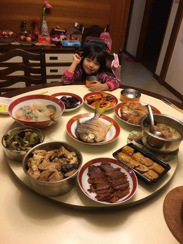婆家每年的年夜飯,每年都差不多,老人家想法非常固執,不能接受任何改變,所以就很傳統。 #年菜