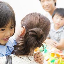 「擁抱」不僅能幫助孩子穩定情緒,還能建立安全感與培養親密感