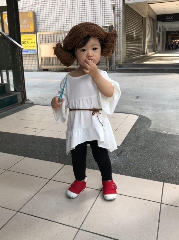 家有星際迷,所以萬聖節當然走星際風。 用不要的紙箱,做出白兵服裝;用毛線和褲襪幫Leticia做了莉亞公主頭,走上街頭真的好可愛。 #媽媽play搞怪創意無限