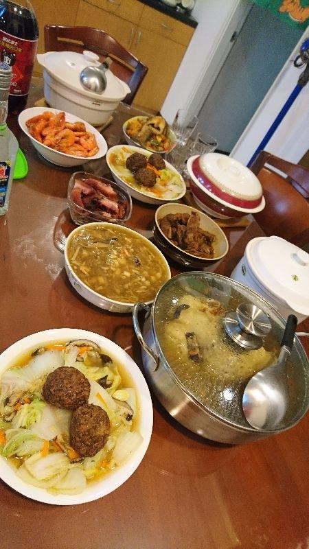 吃了兩年的餐廳年菜,今年又改回家裡自己準備年菜,又忙又懶的媳婦好幫手就是料理年菜,自己再炒個青菜、雞湯,就是輕鬆年夜飯囉 #年菜