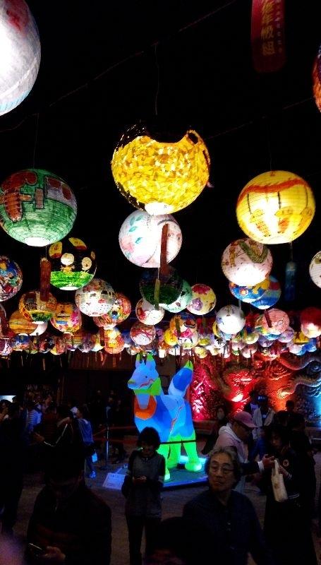 過年大年初四好天氣,選擇晚上去台南普濟殿看花燈,覺得很有創意,一盞盞手繪紙燈籠和廟宇結合充滿地方色彩,和以往看的大型燈會不一樣,走在這些燈籠下的街道很浪漫很有意義,還有街頭藝人的表演,舒服的夜晚,感覺真的很棒! #親子旅遊