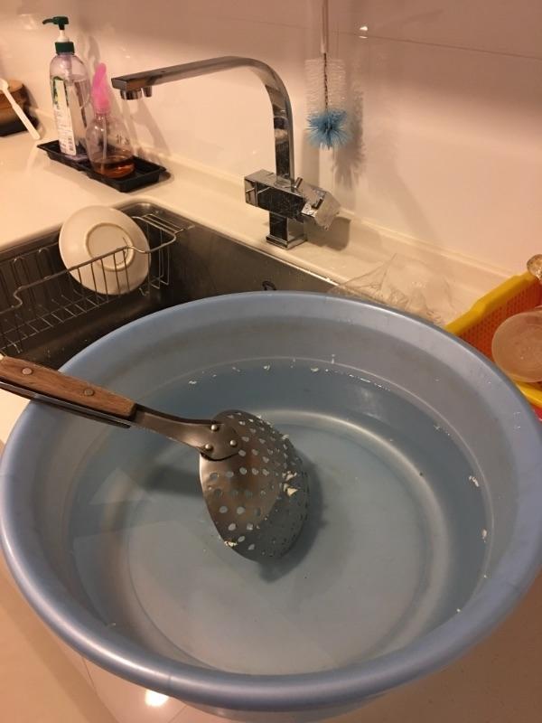 我的省錢秘訣是將洗米水拿來洗臉、洗菜水拿來洗碗;寶寶的年齡板,運用廢紙板或寶寶玩具,自己DIY,來拍照記錄;以及目前市面上的抽取式衛生紙都是二張合而為一,因此可拆開使用,一次變二次用喔!並且減少外食,多多自己動手料理,將日常生活中的開銷,一點一點節省下來,也是一筆不小的錢~ #省錢