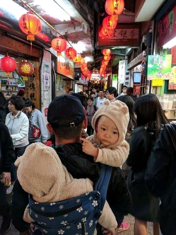 背了兩台小折在身上... 不停的上坡下坡 不斷的跟韓國人,日本人,中國人,菲律賓人推擠 今年過年,我覺得我應該有變瘦? #萌娃 #親子旅遊 #老嬰兒報到 #九份