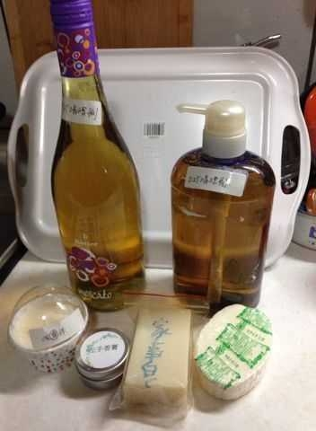 面對每年辛苦一次的年終大掃除,大概會採取以下的方法-- 1.分階段性分區塊,慢慢整理,積少成多 2.平日三不五時就斷捨離一下,或出清或交換或捐贈 3.善用掃除法寶--小蘇打粉+醋+檸檬+自己平日diy的柑橘類清潔劑 4.除夕過年通常小朋友也放假了,善用大小幫手, 先整理好自己個人物品後.加入大掃除行列 #除舊布新