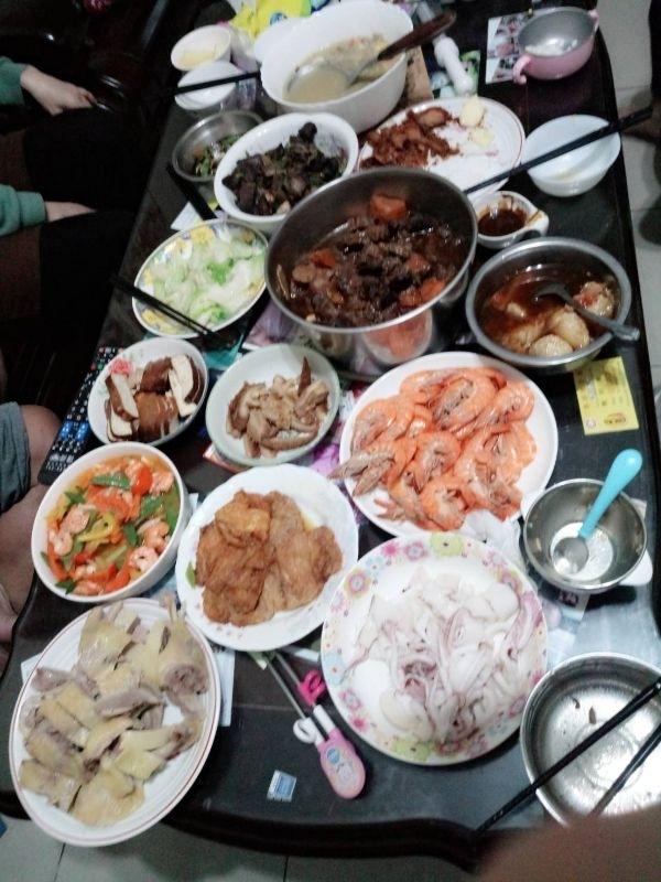 除夕全家人聚一起圍爐吃年夜飯 婆婆大展身手的煮一桌的 #年菜 婆婆挑戰煮好吃的佛跳牆~讚!!