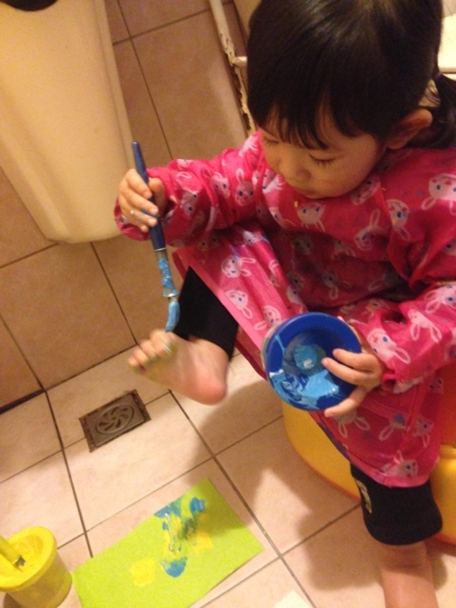 不想壓抑孩子的創作慾,又很怕小孩把家裡牆壁家具當成畢卡索的大畫布,刷洗到很崩潰嗎? 我家的好方法是買大罐的易潔水彩,分色的畫筆與洗筆杯,最後把創作地點移到廁所,就可以每天讓寶貝開心在顏料堆中打滾了! 玩夠了蓮蓬頭拿起來,小孩、廁所一起洗,摸蛤仔兼洗褲~兩個都亮晶晶! #除舊布新