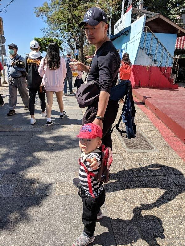誰說當奶爸後,帶小孩就不能很帥?😘 #會幫忙帶小孩的老公最帥氣 #2歲貓狗嫌