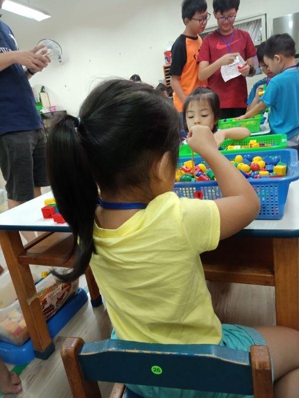 寶貝終於要上學囉~做媽咪的我原本很期待她去上學。我就可以好好休息了,不用每天到中午要睡午覺時我已累倒想休息。但她這小妮子還不睡。讓我睡的不安穩只能閉眼休息一下就要看這調皮的小寶貝有沒有搗亂呢~結果我們家這個寶貝在家過的太舒適。去學校不適應每天都哭哭😭吵這著不要上學呀!害做媽咪的我很心疼唷~總是要和老師苦口婆心的好言相勸個半天又拐又騙的才肯進教室上課。希望寶貝下星期能開開心心的說我要上學囉! #新生入學!