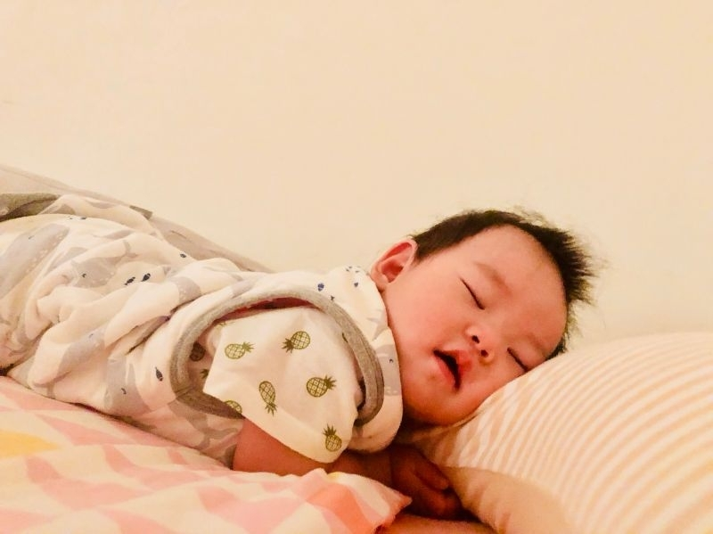 ya 寶寶終於睡過夜 媽媽出運囉~沒想到寶寶可以睡過夜 我真的好開心~歷經六個月的夜奶(撒花~ 媽媽餵的防踢被跟床墊真的幫了大忙 每晚到半夜總是要起床檢查寶寶是否踢被了 自已搞到自已都有點恍神 穿了防踢被後,半夜摸寶寶的腳還是熱的 覺得開心~
