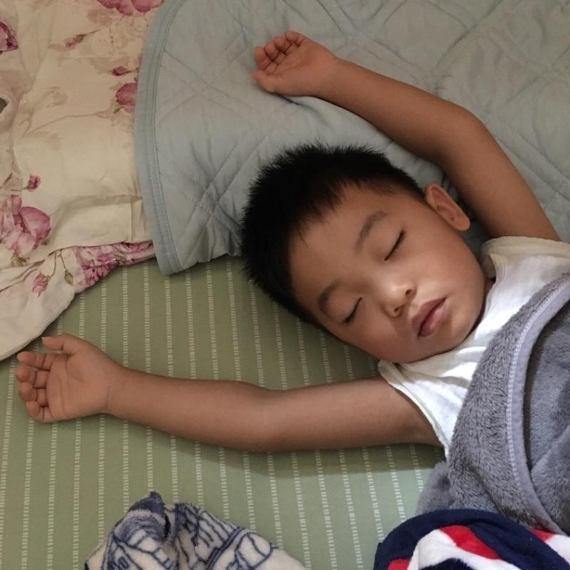 睡著時是個安靜的小天使。 #萌娃