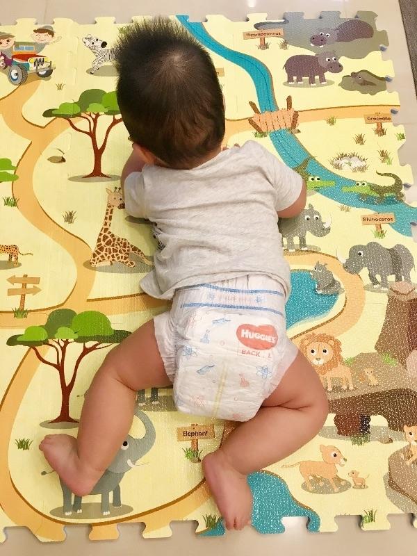 感謝好奇及babyhome讓我家寶貝體驗超高CP值的乾爽尿布「好奇耀金級清新乾爽紙尿褲」 趕快來試用新藍好奇的尿布有什麼不同呢? 和好奇白金不同的地方是,新藍好奇擁有黃金六角的立體超效能吸收層,像是蜂巢狀的快吸表層,能夠更快速的吸收水分,讓寶貝的屁屁更乾爽,開心的和尿布疹說拜拜😃 另外一個我最喜歡的優點是「新藍好奇」的超彈性後腰圍,我家的腿褲寶貝穿著它也能夠貼合屁屁,再怎麼好動都不會外漏,真的很棒! #新藍好奇最高CP值的乾爽