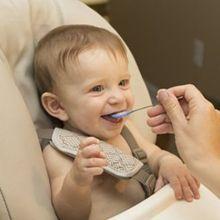 孩子吃飯玩食物別禁止!養成不挑食寶寶的最佳方法