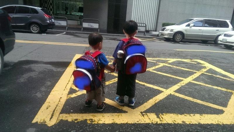 哥哥牽弟弟..一起上學去.. 很開心,你們長大囉~ #新生入學