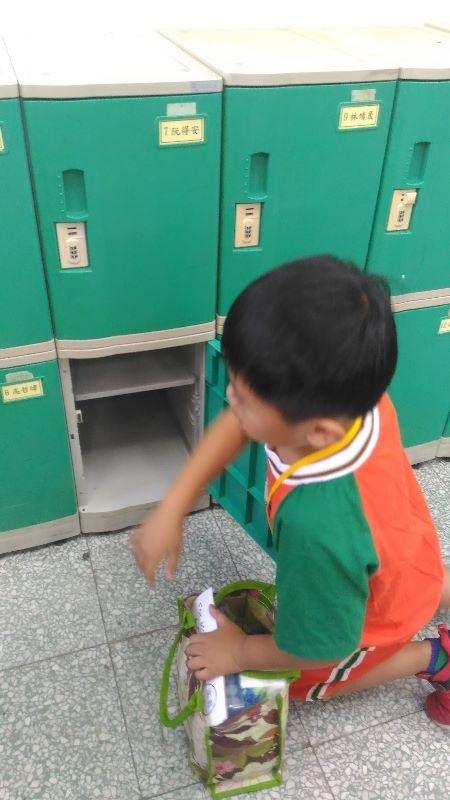孩子終於上小學了,媽媽滿是感動,現在開始要自己收拾東西整理櫃子,希望每天的學校生活豐富精彩! #新生入學