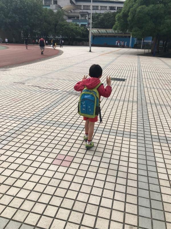 大班學校生活正式開始!媽媽表示無感XD( 一樣得上班一樣,得趕下班接小孩) #新生入學 #雖然不算新生了 #開學 #為什麼穿羽絨外套我也不知道