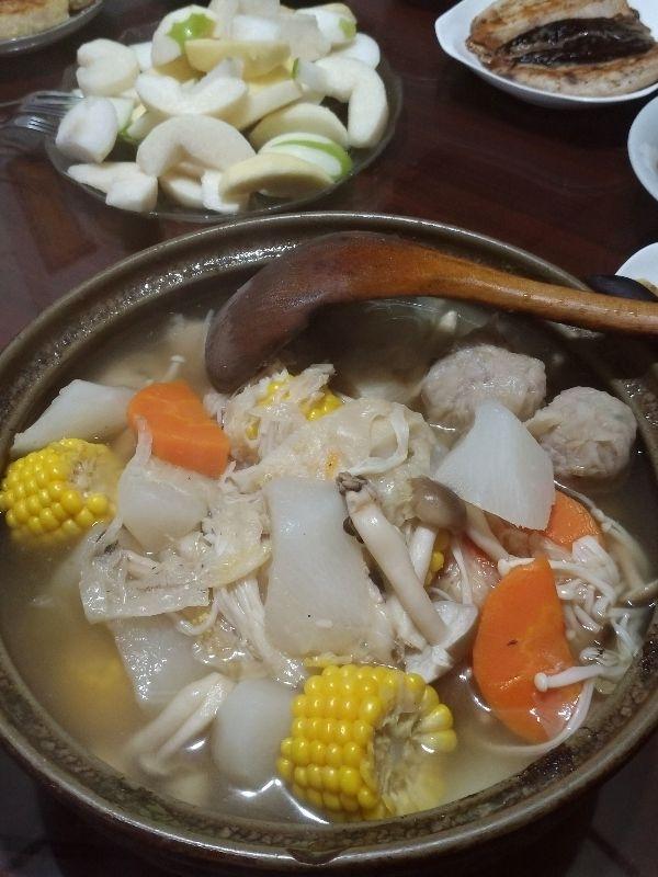 過年圍爐的必備品--火鍋! 今年是酸菜白肉鍋,開胃解膩,還有當季的白蘿蔔和自種的玉米,超好吃~ 以及加碼的燒賣,希望花開富貴迎旺年唷! #年菜