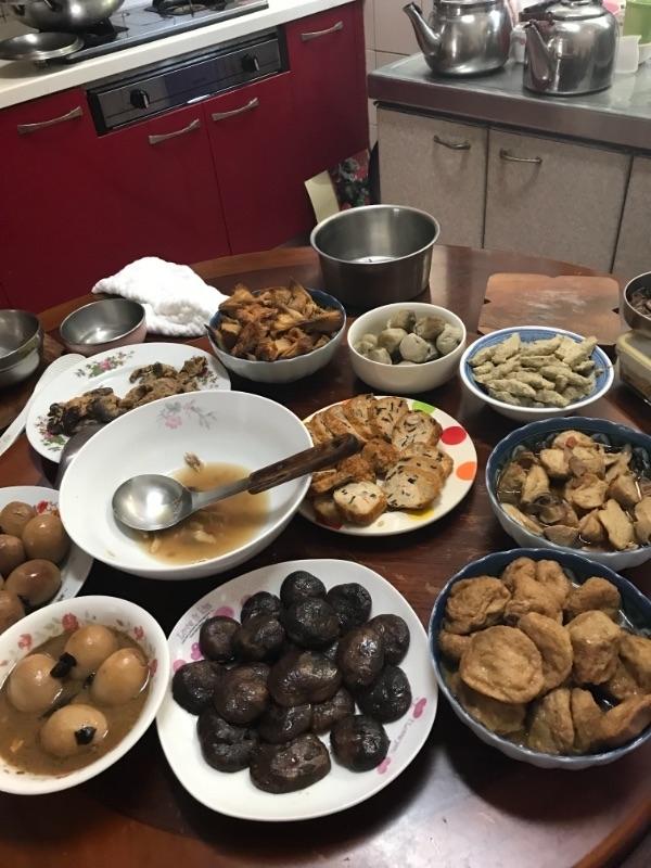 過新年備年菜,忙拜拜,吃團圓飯,包紅包,要守歲,迎新春。 #年菜