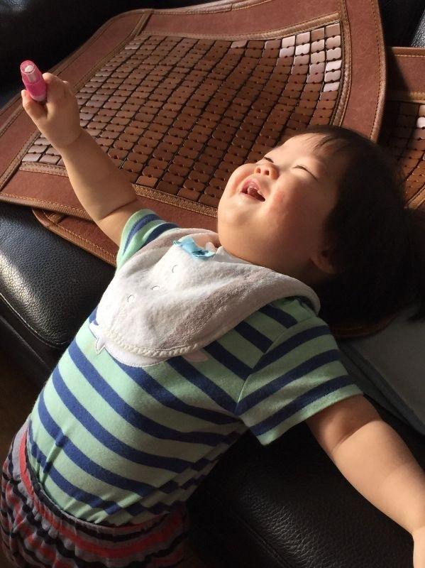 展展寶貝,你開心的笑容是爸比媽咪化解辛勞泉源。#爸爸去哪兒 (可愛弟弟生活照,總是讓人好氣又好笑啊,一歲多的小小腦袋不知道在想些什麼!)