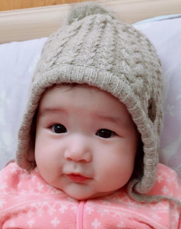 初一阿公阿嬤要帶小棉花去北海岸玩 怕風大又涼帶可愛毛帽出門去 毛帽剛買太大現在長大一點終於可以帶了 #萌娃