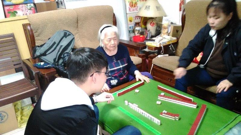 今天姑姑帶著小姑小叔回娘家~陪奶奶打牌很熱鬧^^ 明天才回娘家跟爸爸媽媽撒嬌~~~ #回娘家
