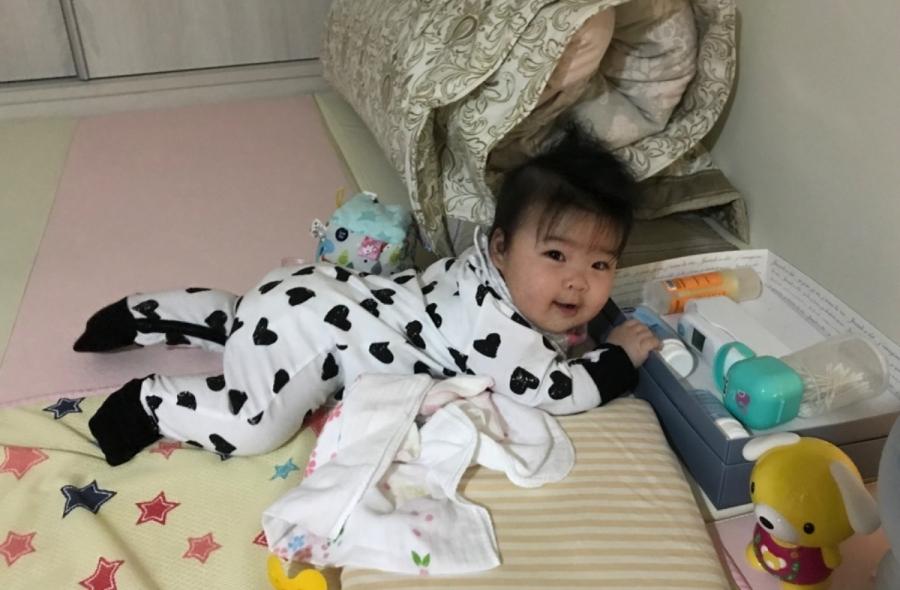 不知道是不是寶貝很愛趴著的關係,每天訓練她手臂背部的力量真的有差,現在才五個多月已經會匍匐前進了,而且開始進入好奇期,常常泡奶的一瞬間,回房間看到她已經移動到她想去的地方,現在離開房間都要時不時回去瞄一眼了 #好奇寶寶 #萌娃