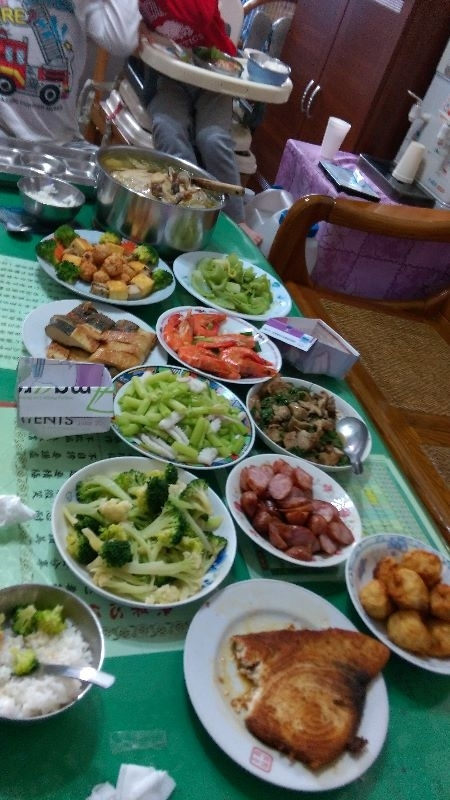 今年除夕夜桌上滿滿的年夜菜,看著大家吃飽喝足的樣子好幸福! #年菜