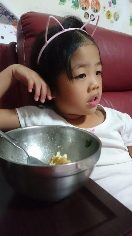 分享一道菜 蚵煎蛋 中火 下油 放 蚵ㄚ …煎炒一下 再 下 蛋液 因為 蚵會出汁 , 蛋液在小心拌勻蚵 ,自然會有鮮味 , 而此道菜只要在蛋液中加鹽 調味(鹹度 跟麥當勞薯條 那樣少一點),不用煎太熟( 約8.5分熟) 。 #此道菜的重點是鹹度 當我的 寶貝 吃了一口 ,就說 全部都是她的 #全部都進她的肚子沒拍照