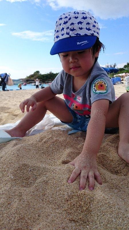 暑假帶女兒去海邊玩沙、堆沙堡,增進我們的親子關係,也可以增進小孩的創造力,女兒玩的超開心 #暑假生活