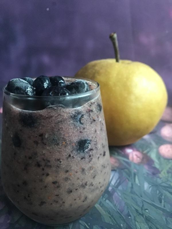 這次試ㄧ下,水梨加入其他水果看看。 哇!真的都好喝。 半顆水梨+一點冰塊+ㄧ顆蘋果=水梨蘋果冰沙👍。 水梨+籃莓+ㄧ點冰塊=水梨莓果冰沙👍
