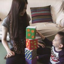 寶寶總喜歡往下扔東西?其實他是在做「肌力練習」