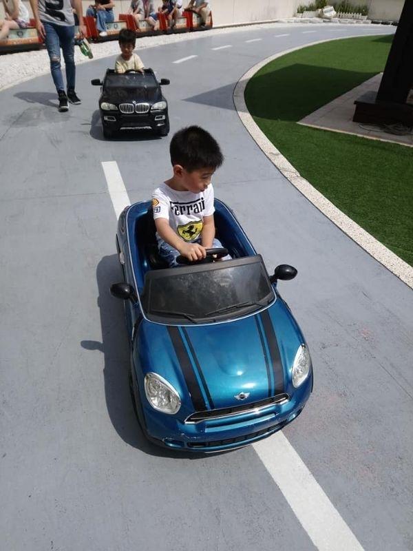 放暑假囉! 帶寶貝去他響往已久的親子飯店開超跑,一下子開上山坡、馬路,開心的不得了~! #暑假生活