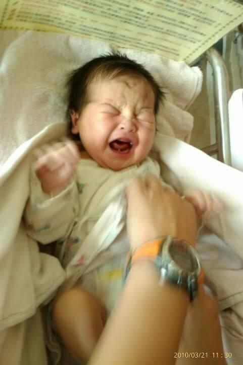 二胎只經歷8個多小時,涵涵出生了~ 哭起來真醜,像個老頭!! #新生兒報到