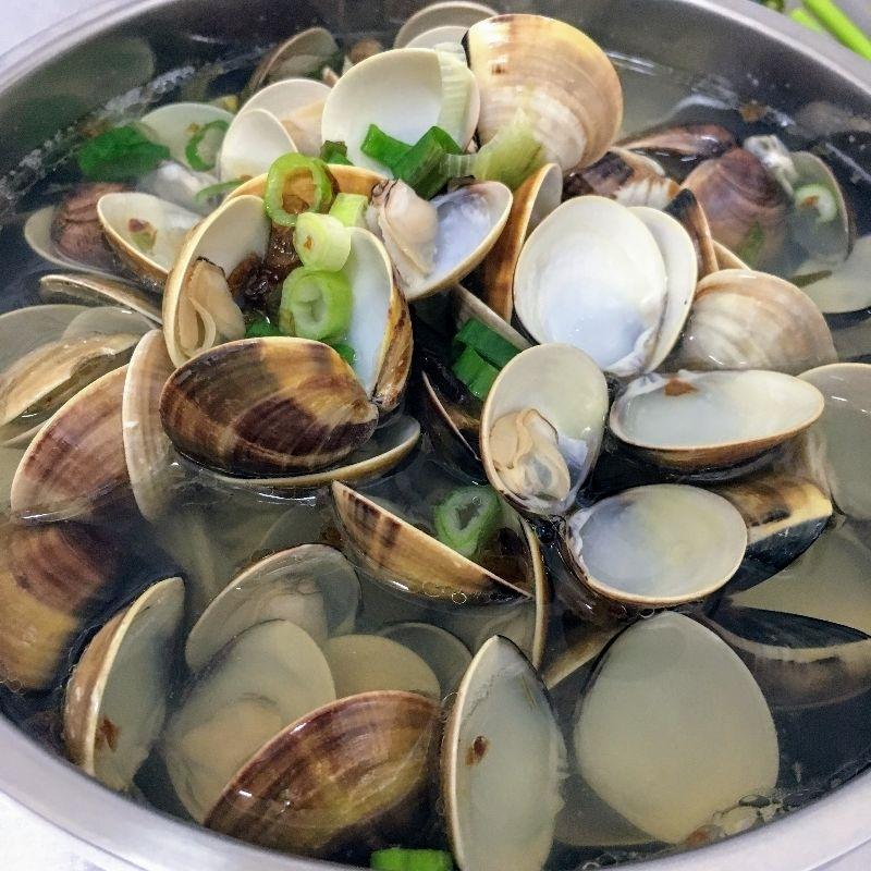 """今天中午前往內壢後站覓食。這麼熱的天氣,想吃點清爽的食物。結果!!!看到""""南桃吳記蛤蜊麵""""大大招牌,就決定是你了! 在蛤蜊麵還沒上桌前,心中是非常不安的。因為在台北吃過幾次名不符實的蛤蜊麵,五、六顆蛤蜊麵也好意思命名蛤蜊麵。 上桌,公佈結果!!! 瞧瞧這滿滿的蛤蜊,這根本就是蛤蜊蓋麵啊! 麵沒啥特別的,湯頭則是因為大份量蛤蜊而非常鮮美。老闆還很貼心地準備了一個大不銹鋼碗給客人放蛤蜊殼。 小女鵝現在超愛吃蛤蜊,下次帶她來,她一定high翻天! #美食 #午餐"""