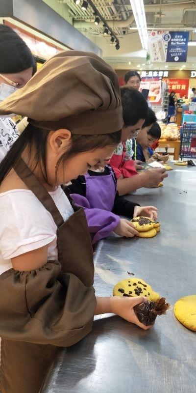 萬聖節化身小廚娘, 南瓜餅乾DIY大家看的出來嗎?哈哈哈! #媽媽play搞怪創意無限