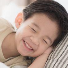 壓著孩子睡覺就像打仗一樣累死人!3妙方讓孩子準時入睡