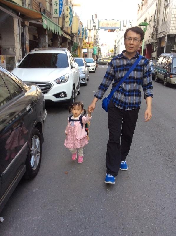 太陽高照天氣太熱了,只好帶小小孩到附近走走,人潮多的無法走動,只好走小巷。 #親子旅遊