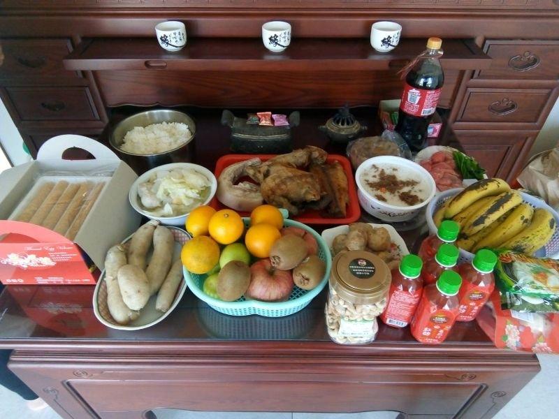 我們的年夜飯就是把中午拜拜的貢品吃光光哦!超級豐富又好吃~ #年菜