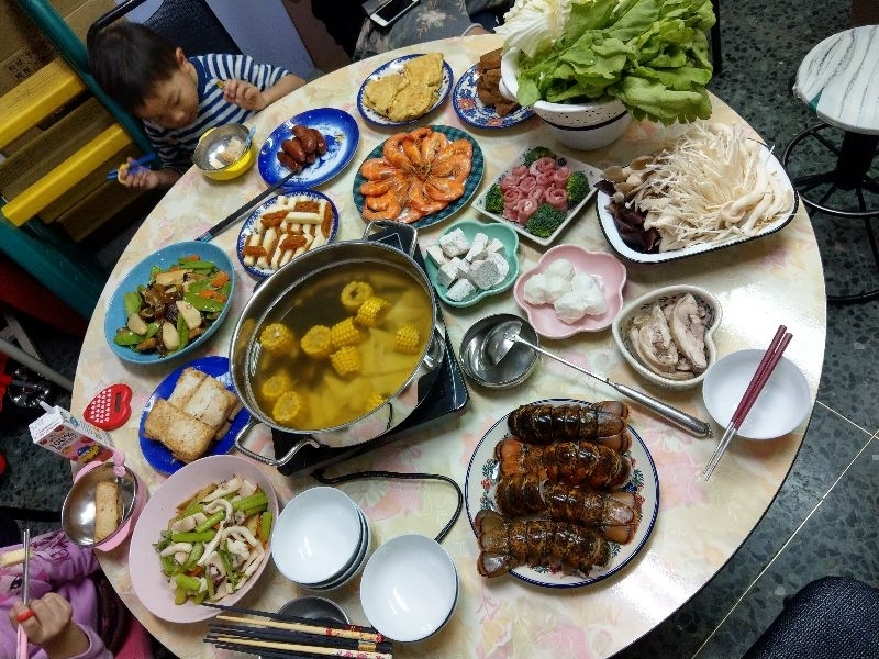 終於吃到龍蝦火鍋了,超開心!! 媽媽說要吃發糕オ會「年年大發財」。 #年菜