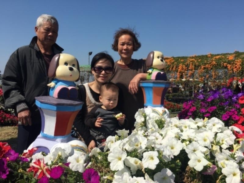 這天是大年初二,雖然無法回娘家,但帶著公婆到中社觀光花市,看到許多美麗的花朵及滿滿人潮,感受一下過年的氣氛,還是很開心~ #親子旅遊