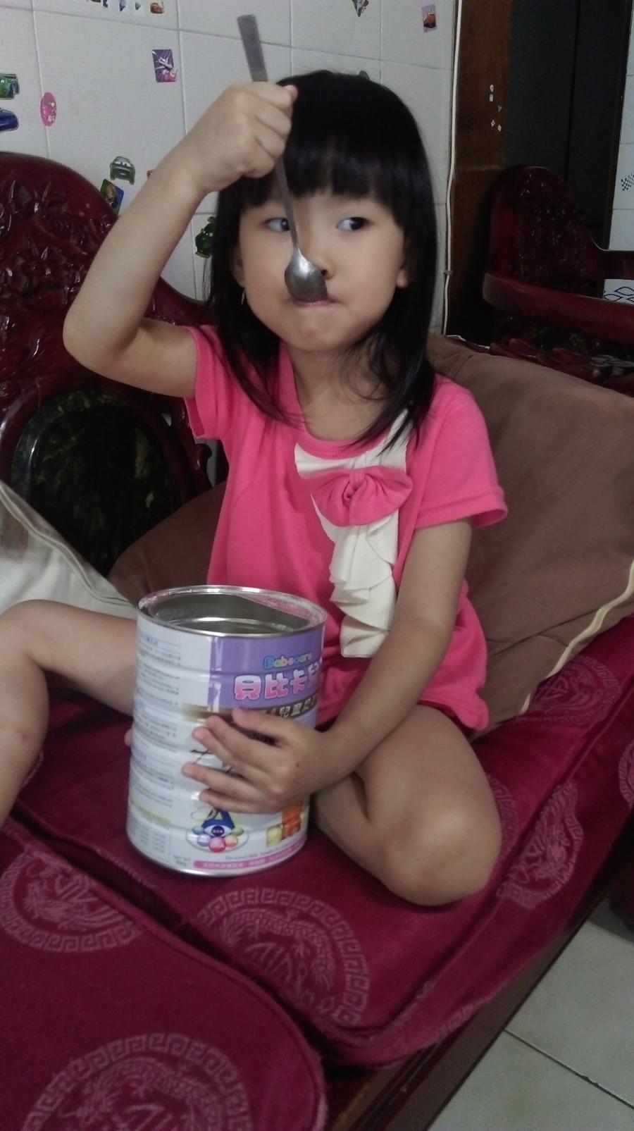 妹-吃奶粉