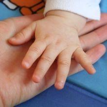BabyHome育兒寶典:該禁止寶寶吃自己的手嗎?