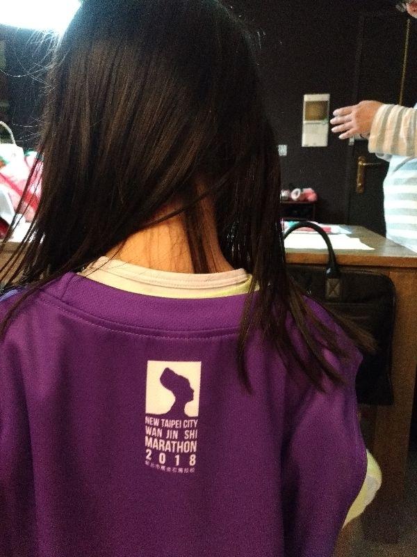 萬金石馬拉松給的跑步服…這個配色…我不敢穿,給女兒當連身裙吧。