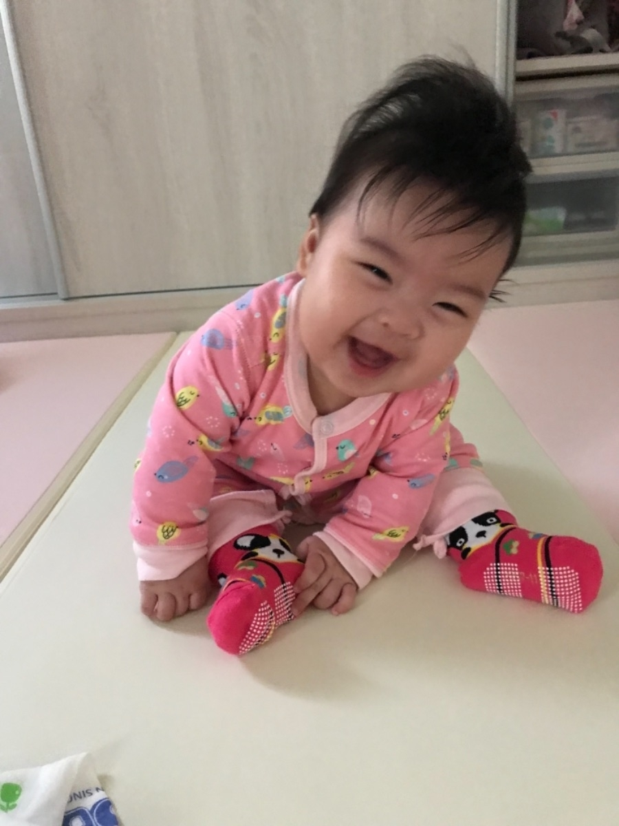 寶貝現在已經會一點點青蛙坐,雖然還搖搖晃晃的,每天練習一下下,可能沒多久後就可以很穩了,坐著的視野又跟躺著趴著不同囉 #小孩的成長真是驚人 #萌娃