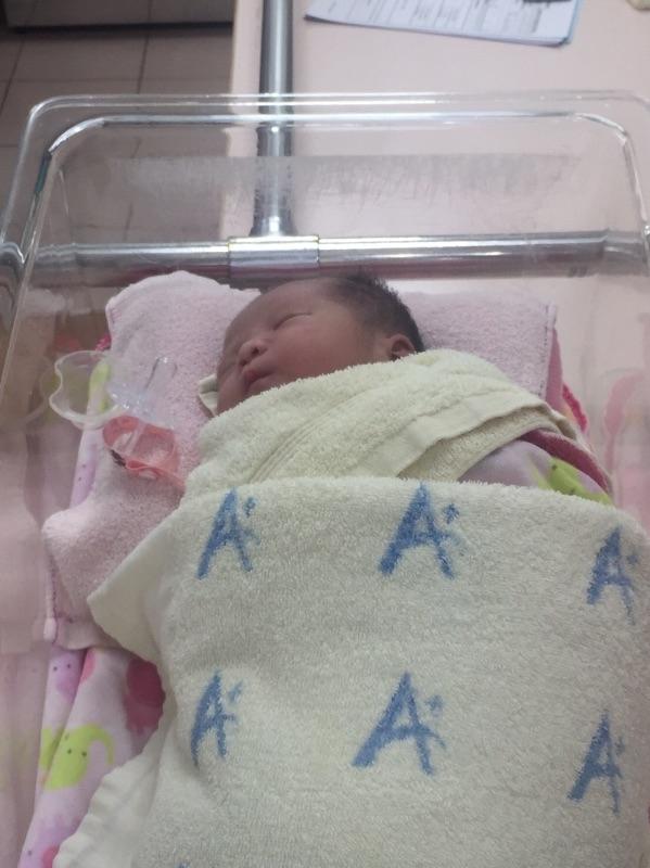剖腹產那天凌晨剛好出現產兆 貼心的女鵝 跟媽咪選擇同一天來到這個世界❤️ #新生兒報到