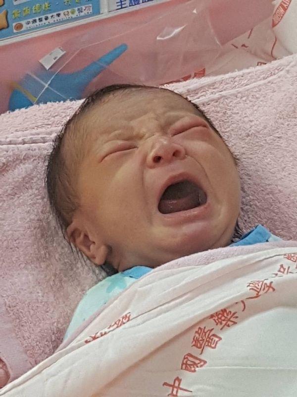 小新,我的小心肝,媽媽終於等到你了,過了預產期又3天,熬過催生針的煎熬,看到你平安健康的出生,眼眶忍不住這份感動而落下眼淚,好開心跟你一起度過未來的日子,謝謝你當我的小孩 #新生兒報到 #新生兒報到
